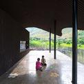 <p> Mái hiên rộng giúp học sinh có nơi để vui chơi, sinh hoạt.</p>