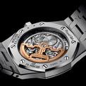 """<p class=""""Normal""""> Phiên bản Royal Oak Jumbo siêu mỏng có vòng đeo tay bạch kim 950, mặt số đá Onyx với các điểm đánh dấu giờ đồng hồ được trang trí bằng kim cương giới hạn 70 chiếc.</p>"""