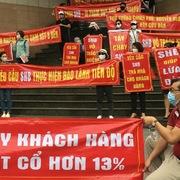 Nhà đầu tư Cocobay Đà Nẵng căng băng rôn, vây hội sở SHB đòi quyền lợi