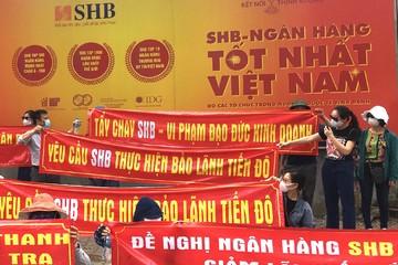 Khách mua Cocobay Đà Nẵng căng băng rôn đỏ rực trước hội sở SHB