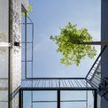 <p> Khoảng trống được đặt ở trung tâm của ngôi nhà, có chức năng như một điểm để cân bằng thiên nhiên. Không gian này kết hợp với cầu thang ở giữa nhà để kết nối các không gian khác. Mọi người có thể nhìn thấy cây cối, ánh sáng tự nhiên, gió và mưa ở đó.</p>