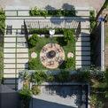 <p> Khu vườn phía trước tạo không gian đệm giúp ngôi nhà trở nên yên tĩnh, riêng tư và tránh ánh nắng chiếu vào tòa nhà.</p>