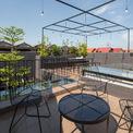 <p> Mái nhà được sử dụng như một không gian ăn uống ngoài trời, nơi cây được trồng để tạo ra một lớp vật liệu để giúp tránh ánh nắng trực tiếp tự nhiên.</p>
