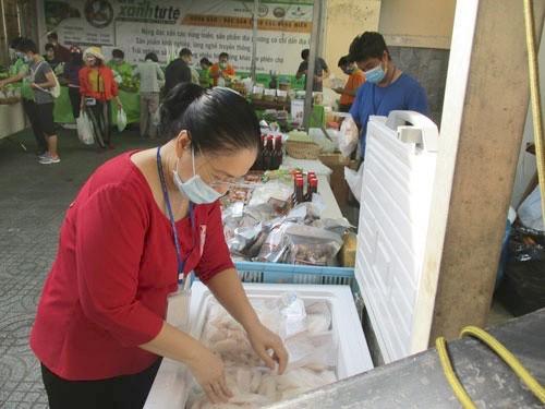 Cá tra bán tại phiên chợ Xanh Tử tế ở TP HCM.