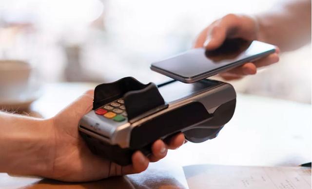 Covid-19 đang khiến cho các công ty công nghệ tăng cường đầu tư vào mảng ví điện tử, thanh toán qua điện thoại thông minh (smartphone). Ảnh: Getty