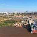 """<p> Bên hướng Thủ Thiêm, cầu đã được xây vươn ra giữa lòng sông Sài Gòn.<span style=""""color:rgb(0,0,0);"""">Các đường dẫn lên cầu được đơn vị thi công trải thảm bê tông nhựa và dần đồng bộ với các hạng mục chính.</span></p>"""