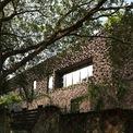 <p> Mặt sau của ngôi nhà được trám bởi các thân gỗ nhỏ, xếp liên tiếp vào nhau.</p>