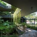 <p> Thực vật, động vật dưới nước và không gian sống xanh được tích hợp làm một. Ngôi nhà được thiết kế hoàn hảo, chan hòa ánh sáng ban ngày, thông gió tự nhiên và làm mát tự động. Điều này đem lại một môi trường sinh thái thân thiện, giữ gìn sức khỏe cho tất cả mọi người.</p>