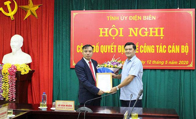 Ông Lò Văn Muôn, Chủ tịch HĐND tỉnh Điện Biên trao quyết định và chúc mừng