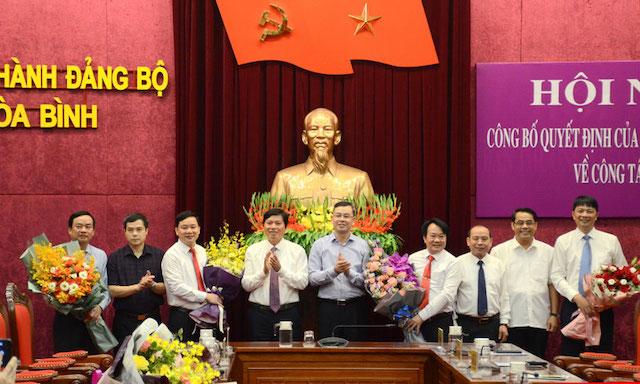 Lãnh đạo tỉnh Hòa Bình trao quyết định và chúc mừng các cán bộ được điều động, bổ nhiệm chức vụ mới.