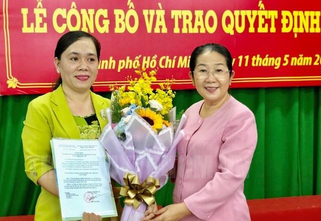 Phó Bí thư Thành ủy TPHCM Võ Thị Dung trao quyết định và chúc mừng đồng chí Nguyễn Thanh Xuân.