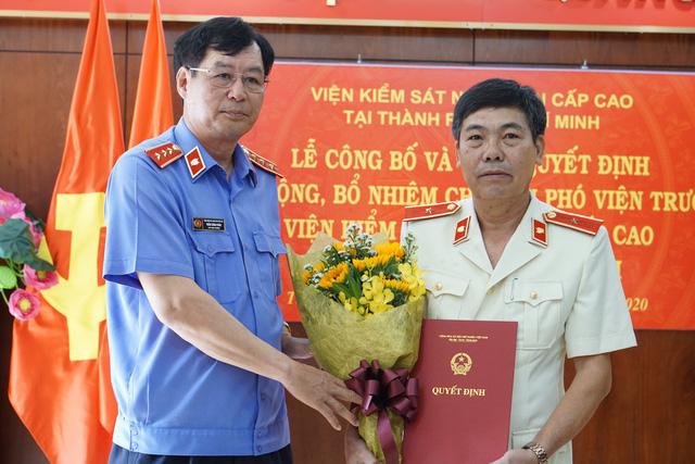 Phó Viện trưởng Viện Kiểm sát nhân dân tối cao Trần Công Phàn trao quyết định và chúc mừng đồng chí Phạm Đình Cúc..