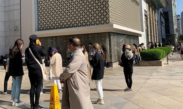 Người Hàn Quốc xếp hàng từ 5h mua Chanel