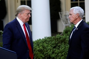 Người phát ngôn nhiễm Covid-19, phó tổng thống Mỹ phải giữ khoảng cách với Trump
