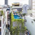 <p> Ngôi nhà nằm trong khu đô thị trung tâm ở bán đảo Sơn Trà, Đà Nẵng với mặt tiền hẹp ngang nhưng có chiều sâu. Diện tích khu đất lên tới 495 m2.</p>
