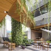 Ngôi nhà được ghép từ 700 viên đá ong chứa đầy cây cối ở Đà Nẵng
