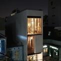 """<p class=""""Normal""""> Công trình được đặt tên Nhà đèn lồng bởi ánh sáng mà phát ra mỗi tối. Nhà nằm trong khu dân cư đông đúc trên mảnh đất hẹp hướng Tây, là căn nhà/studio chụp ảnh của cặp vợ chồng trẻ và 2 con nhỏ.</p>"""
