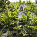 <p> Để tạo nên lớp bao bề mặt ngoài, ngôi nhà được dựng từ 700 viên đá ong xếp chồng lên nhau, hoàn toàn tạo ra một khối nhà đá ong đơn giản chứa đầy cây cối.</p>