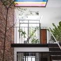 <p> Lấy ý tưởng từ kiến trúc nhà ống truyền thống của Việt Nam, nhóm KTS sử dụng phương án tạo ra nhiều sân trong xen kẽ với các không gian sinh hoạt, mang ánh sáng, gió, cũng như cây xanh vào sâu trong căn nhà dài hơn 20 m. Kiến trúc lệch tầng cùng việc sử dụng những mảng tường, sàn kính tạo ra các không gian liên thông và làm cho căn nhà có cảm giác rộng rãi hơn thực tế.</p>