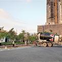 <p> Công nhân vẫn hối hả làm việc, thực hiện các công trình phụ trợ trước cổng dự án.</p>