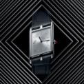 """<p class=""""Normal""""> Đồng hồ Tank Asymétrique mới lấy cảm hứng từ một trong những thiết kế huyền thoại của nhà sản xuất đồng hồ Cartier nổi danh tài hoa của phong cách kết hợp chế tác đồng hồ cùng đá quý trang sức.</p> <p class=""""Normal""""> Tank Asymétrique mới sở hữu thiết kế hình chữ nhật bất đối xứng cùng đính một viên kim cương ở vị trí tuỳ chỉnh thời gian.</p>"""