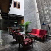 Ngôi nhà bình yên giữa phố xá Sài Gòn của 2 phật tử