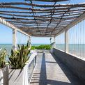 <p> Trên sân thượng, không gian hướng biển ngút ngàn tầm mắt. Một chiếc bể bơi nhỏ được xây dựng, có thể vừa ngâm mình trong bể vừa nhìn ra biển.</p>