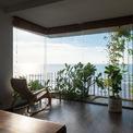 <p> Phòng khách ở tầng trệt được tạo ra ở phía trước sân đầy cây và ánh sáng, mang lại lối sống truyền thống Việt Nam trong một ngôi nhà hiện đại.</p>