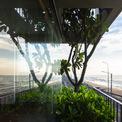 <p> Một bức tường kính lớn được thiết kế hướng biển, kết nối cuộc sống trong nhà với không gian ven biển ngoài trời.</p>