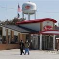 """<p class=""""Normal""""> Tyson Foods đã trở thành tâm điểm trên các mặt báo trong tháng 4 và đầu tháng 5 vừa qua khi trở thành một ổ dịch Covid-19, với số lượng lớn các ca nhiễm có liên quan đến các nhà máy chế biến thịt tại Mỹ của công ty này.</p> <p class=""""Normal""""> Tại một trong những nhà máy chế biến thịt của công ty tại Logansport, bang Indiana, gần 900 nhân viên đã được xác nhận dương tính với virus Covid-19, buộc nhà máy này phải đóng cửa trong vòng 2 tuần tính từ ngày 25/4. Một nhà máy khác tại Waterloo, bang Iowa, đã phải đóng cửa trong vòng 14 ngày sau khi hơn 1.000 công nhân tại đây được xác nhận nhiễm Covid-19. Nhà máy này vừa mở cửa hoạt động trở lại vào ngày 7/5.<span>Phóng viên Kate Taylor của <em>Business Insider</em> cho biết rằng có ít nhất 4.585 trường hợp nhiễm Covid-19 và 18 người đã tử vong, tất cả đều có liên quan đến Tyson Foods.</span></p> <p class=""""Normal""""> Các nhà máy chế biến thịt thường rất dễ bị dịch bệnh tấn công do môi trường trong các nhà máy này thường rất lạnh và ẩm, đồng thời, có rất nhiều công nhân làm việc cùng một lúc, theo <em>Bloomberg</em>. Ảnh: <em>AP</em></p>"""