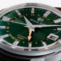 """<p class=""""Normal""""> Kết hợp với nhà bán lẻ mang tinh thần di sản Anh và thương hiệu gạo cội đậm truyền thống Nhật Bản, Grand Seiko cho ra đời kết quả đồng hồ GMT trình diễn mặt quay số Mount Iwate nổi tiếng trong sắc xanh mạnh mẽ của xứ sở sương mù (màu British Racing Green).</p> <p class=""""Normal""""> Grand Seiko GMT đặc biệt là chiếc đồng hồ leo núi ngoài trời rất riêng của Seiko dành tặng những người đeo muốn chinh phục dãy Alps (Thụy Sĩ).</p>"""