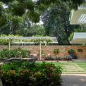 <p> Khu vườn ngoài trời với màu xanh chủ đạo từ cây lá.</p>