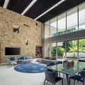 <p> Việc sử dụng các yếu tố tự nhiên trong sáng tạo như nước, tường đá và cảnh quan cây xanh giúp ngôi nhà hợp nhất hoàn toàn với không gian xung quanh, trong khi vẫn nổi bật vẻ đẹp kiến trúc độc đáo.</p>