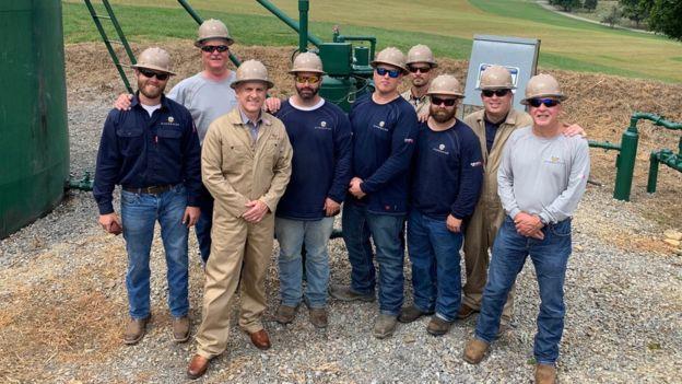 Rusty (thứ ba từ trái sang) hiện thuê hơn 900 lao động. Ảnh: DGO.