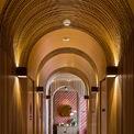 <p> Các tầng lưu trú tuân theo một sơ đồ tiêu chuẩn, với các phòng nhỏ hơn nằm ngoài hành lang đối diện với lối đi dài.Nội thất được thiết kế như một sự tiếp nối của các khu vực bên ngoài, sử dụng các vật liệu tự nhiên như tre, mây và đá.</p>