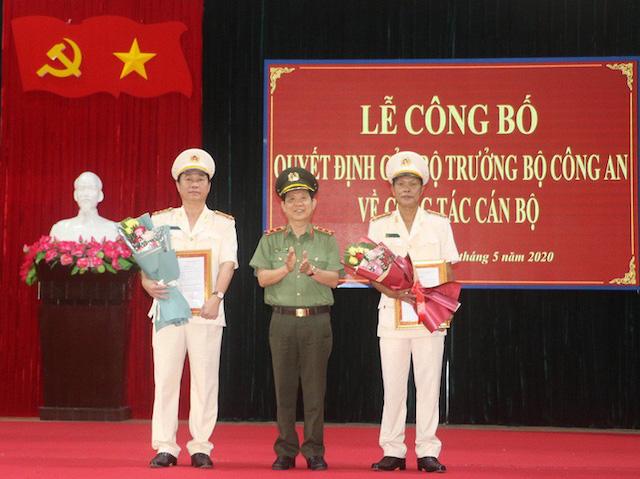 Nguyễn Văn Sơn đã trao quyết định cho Đại tá Nguyễn Thanh Trang (phải) và Đại tá Phan Công Bình (trái).