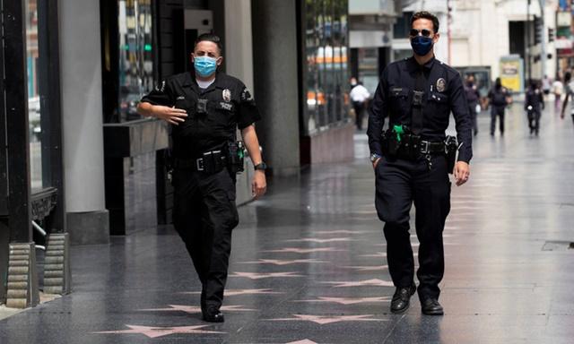 Cảnh sát Mỹ tuần tra trên đường phố Los Angeles hôm 18/5. Ảnh: Reuters.