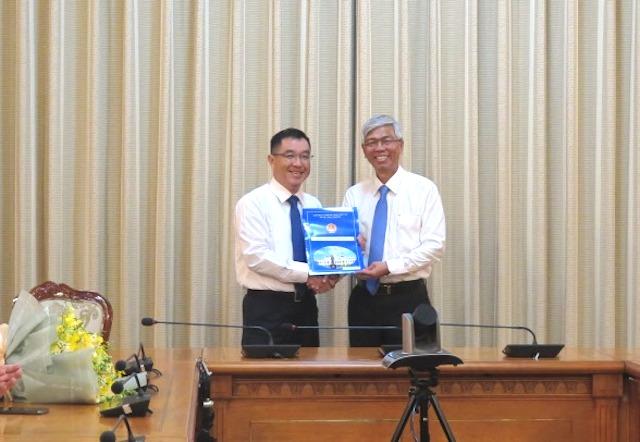 Phó Chủ tịch UBND TPHCM Võ Văn Hoan trao quyết định bổ nhiệm ông Huỳnh Thanh Khiết giữ chức vụ Phó Giám đốc Sở Xây dựng TP.