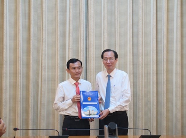 Phó Chủ tịch Thường trực UBND TP Lê Thanh Liêm (phải) trao quyết định bổ nhiệm Phó Giám đốc Sở Nông nghiệp và Phát triển nông thôn cho ông Dương Đức Trọng[Caption]