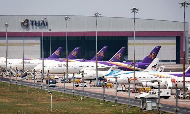 """Máy bay của Thai Airways """"đắp chiếu"""" tại sân bay Suvarnabhumi, Bangkok hồi cuối tháng 3. Ảnh: AFP"""