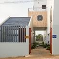<p> 10 căn phòng cho thuê với các kích cỡ khác nhau từ 38 đến 55 m2 (có hoặc không có gác lửng), được bố trí trong 5 khu nhà tách biệt, nối với nhau lối đi bộ trung tâm và cầu thang chính.</p>