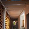 <p> Phía sau bức tường là cầu thang.Cầu thang được sử dụng như lối vào các khu nhà cũng như vùng đệm để giảm bớt sức nóng hướng Tây.</p>