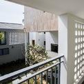 <p> Nhà sử dụng nhiều bức tường đục lỗ, vừa tạo cảm giác thoáng đãng, hiện đại, mới mẻ vừa tăng tính thẩm mỹ cho công trình.</p>