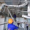 <p> Bên dưới, công nhân lắp dàn giáo chịu lực phục vụ công tác tháo dỡ.</p>