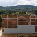 <p> Bức tường cao, phủ kín mặt phía Tây của ngôi nhà.</p>