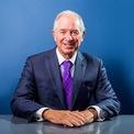 """<p class=""""Normal""""> <strong>Stephen Schwarzman - CEO Blackstone</strong><br /><br /><span>Tài sản: 17,7 tỷ USD</span><br /><br /><span>Nguồn thu nhập: Blackstone</span><br /><br /><span>Quyên góp: 699.400 USD</span><br /><br /><span>Stephen Schwarzman có khối tài sản hàng tỷ USD khi điều hành công ty đầu tư khổng lồ Blackstone mà ông đồng sáng lập năm 1985, theo <em>Forbes</em>. Ông không hỗ trợ cho chiến dịch năm 2016 của Trump, nhưng đã quyên góp hàng trăm nghìn USD cho cuộc tái tranh cử năm nay. Ngoài ra, ông cũng thường xuyên tư vấn cho Trump về các mối quan hệ với Trung Quốc, Washington Post cho hay. Ảnh: </span><em>Business Insider.</em></p>"""