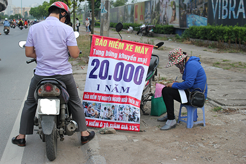 Bảo hiểm xe máy được bày bán ở vỉa hè tại Hà Nội ngày 19/5/2020. Ảnh: PV.