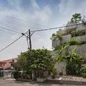 """<p class=""""Normal""""> Những hộp bê tông lớn chứa đầy cây ăn được tạo thành mặt tiền của ngôi nhà ở Kuala Lumpur, Malaysia.<span>Planter Box House là một ngôi nhà 3 tầng tôn vinh cuộc sống bền vững và tự túc.</span></p>"""