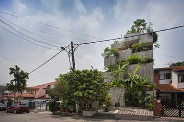 Ngôi nhà bê tông xếp tầng trồng được hơn 40 loại cây của cặp vợ chồng nghỉ hưu