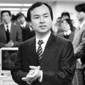 <p> Masayoshi Son sinh năm 1957 trong một gia đình nhập cư tại hòn đảo Kyushu, Nhật Bản. Cha ông từng làm nhiều nghề, từ làm việc tại các nhà hàng, trang trại cho đến đánh cá. Năm 1972, Son được gặp nhà sáng lập McDonald's Nhật Bản Den Fujita – một trong những người ông coi là thần tượng. Chính Den Fujita là người khuyến khích Son đi du học Mỹ. Nghe theo lời khuyên này, một năm sau đó, Son tới San Francisco (Mỹ) để tiếp tục chương trình trung học. (Ảnh: <em>Getty Images</em>)</p>